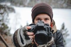 Fotógrafo de la muchacha con la cámara de DSLR imagenes de archivo