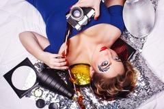 Fotógrafo de la muchacha con el maquillaje creativo que sostiene la cámara imágenes de archivo libres de regalías