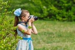 Fotógrafo de la muchacha del adolescente en el bosque verde Fotos de archivo
