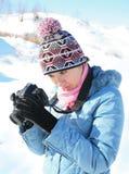 Fotógrafo de la muchacha en la naturaleza en invierno Fotos de archivo libres de regalías