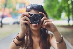 Fotógrafo de la muchacha que toma la foto con la cámara digital Imagen de archivo