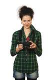 Fotógrafo de la mujer de la sonrisa con la cámara Fotos de archivo