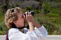 Fotógrafo de la mujer en la acción Foto de archivo libre de regalías