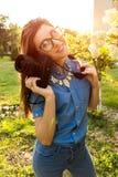 Fotógrafo de la mujer joven que sostiene la cámara al aire libre Freelancer feliz que toma imágenes en parque Imagen de archivo