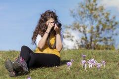 Fotógrafo de la mujer joven que toma las fotos al aire libre fotografía de archivo