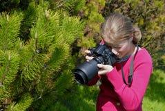Fotógrafo de la mujer profesional en el parque Foto de archivo libre de regalías