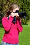 Fotógrafo de la mujer profesional en el parque Imágenes de archivo libres de regalías