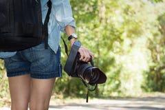 Fotógrafo de la mujer que toma la foto al aire libre Foto de archivo libre de regalías