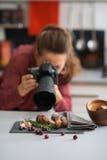 Fotógrafo de la mujer que toma las fotos de las frutas y verduras del otoño Foto de archivo