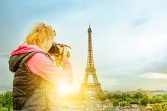 Fotógrafo de la mujer de la torre Eiffel Imagen de archivo libre de regalías
