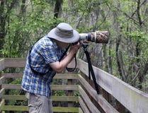 Fotógrafo de la naturaleza en la acción imagen de archivo