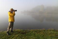 Fotógrafo de la naturaleza en la acción Fotos de archivo