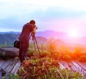 Fotógrafo de la naturaleza que toma las fotos en las montañas fotos de archivo libres de regalías