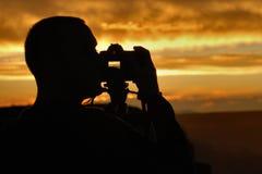 Fotógrafo de la puesta del sol imagenes de archivo