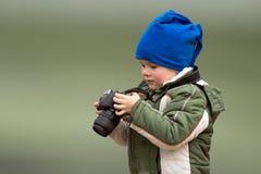 Fotógrafo de los jóvenes del niño pequeño Fotografía de archivo