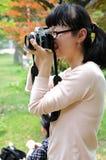 Fotógrafo de sexo femenino Imagenes de archivo
