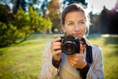 Fotógrafo de sexo femenino bonito al aire libre Fotos de archivo