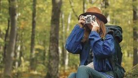 Fotógrafo de sexo femenino en bosque almacen de video