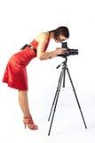 Fotógrafo de sexo femenino hermoso en alineada roja imagen de archivo