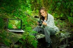 Fotógrafo de sexo femenino joven hermoso en la selva Foto de archivo libre de regalías