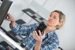 Fotógrafo de sexo femenino de la comida que comprueba las fotos in camera imágenes de archivo libres de regalías
