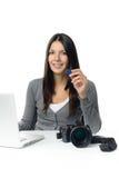 Fotógrafo de sexo femenino que muestra la tarjeta del sd con sus imágenes Fotografía de archivo libre de regalías