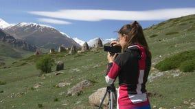 Fotógrafo de sexo femenino y las ruinas en las montañas almacen de video