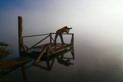 Fotógrafo de sexo masculino de la naturaleza en la acción Imagenes de archivo