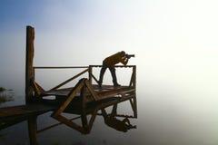 Fotógrafo de sexo masculino de la naturaleza en la acción Foto de archivo libre de regalías