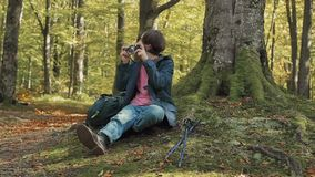 Fotógrafo de sexo masculino en bosque metrajes
