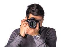 Fotógrafo de sexo masculino joven hermoso que toma la fotografía Fotografía de archivo libre de regalías