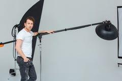 Fotógrafo de sexo masculino que prepara el equipo de iluminación Imagen de archivo libre de regalías