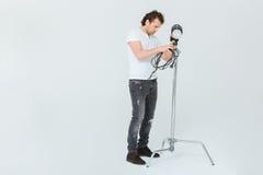 Fotógrafo de sexo masculino que prepara el equipo de iluminación Fotografía de archivo