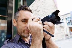 Fotógrafo de sexo masculino que toma la imagen fotografía de archivo