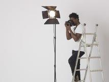 Fotógrafo de sexo masculino Taking Photos Foto de archivo