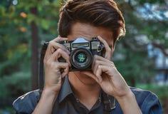 Fotógrafo del inconformista con la cámara retra Fotografía de archivo libre de regalías