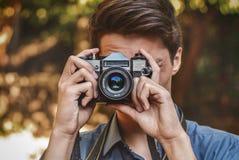 Fotógrafo del inconformista con la cámara retra Fotografía de archivo