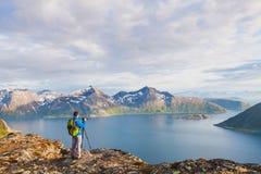 Fotógrafo del paisaje de la naturaleza que usa la cámara del trípode y del dslr Foto de archivo libre de regalías