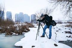 Fotógrafo del paisaje del invierno Imagen de archivo libre de regalías