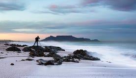 Fotógrafo del paisaje que fotografía la montaña de la tabla imágenes de archivo libres de regalías