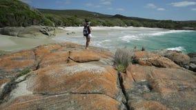 Fotógrafo del viaje del Backpacker en Australia occidental almacen de metraje de vídeo
