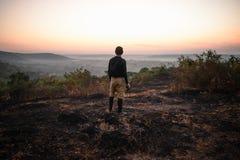 Fotógrafo del viaje que mira salida del sol imágenes de archivo libres de regalías
