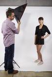 Fotógrafo Demonstrating Studio Photography imagenes de archivo
