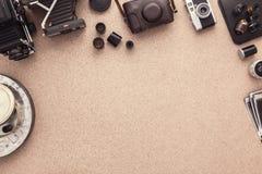 Fotógrafo Desk Lugar de trabajo del fotógrafo Libro de recuerdos del fotógrafo Fotografía de Tradional contactos Rollo de películ fotografía de archivo