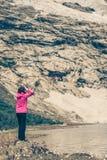 Fotógrafo do turista com a câmera nas montanhas Noruega Imagem de Stock
