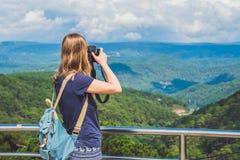 Fotógrafo do viajante do turista que toma imagens de paisagem surpreendente na câmera da foto no sol do modelo da opinião do vale Imagem de Stock