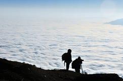 Fotógrafo dos en montañas Fotografía de archivo libre de regalías