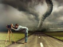 Fotógrafo e furacão Imagens de Stock Royalty Free
