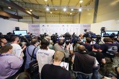 Fotógrafo e journalistas na conferência de imprensa Foto de Stock
