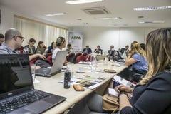 Fotógrafo e journalistas na conferência de imprensa na cidade de Sao Paulo imagem de stock royalty free